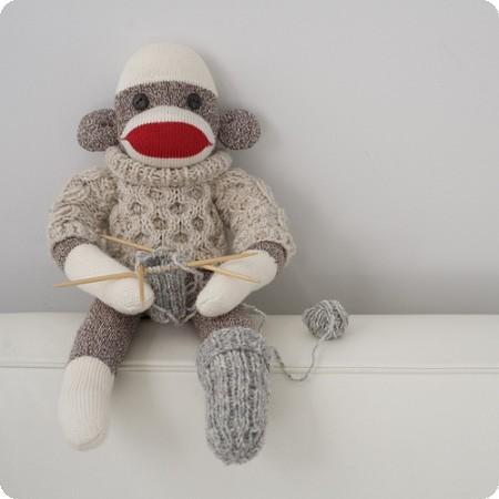 mono hecho de un calceltín y tejido a palillos